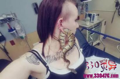 奇葩女子带蟒蛇耳环,医生看后都想逃