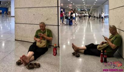 嫌工资低辞职的四川副市长,如今光脚坐在火车站...