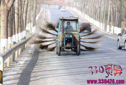 拖拉机绑16把大扫帚扫马路 路人称绝