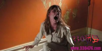 《驱魔》原型安纳莉丝被恶魔附身,吃昆虫、舔自己的尿,父母找来神父驱魔,最后竟然…