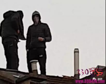 嫌犯在房顶硬是不下来,英国警察边被嘲讽边给他们买肯德基麦当劳...