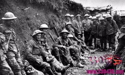 第一次世界大战圣诞节停火,英德军队边打仗边在一起圣诞狂欢