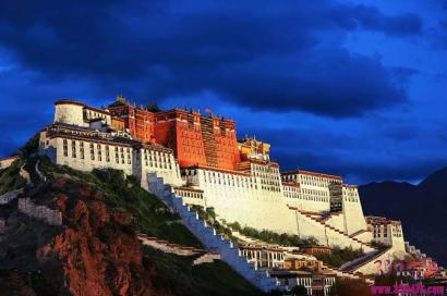 布达拉宫里的镇宫之宝:妙善如意十三世达赖喇嘛·土登嘉措金质灵塔