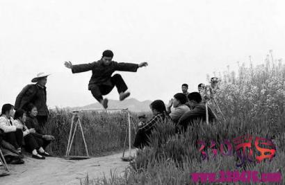 举重,单杠,打太极,跳高,打秋千,拔河,跳马,慢跑,掰手腕已失传!50年前农村青年健身绝活