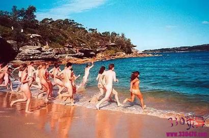 """阿德格角(LeCapd'Agde):这个法国小镇竟然""""全裸合法,穿衣违法"""""""