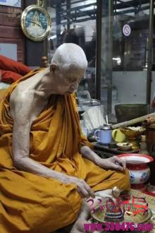 泰国哪里的古曼童最灵验?佛统府寺庙里极其灵验的古曼童许愿达成后还原的玩具堆积成山
