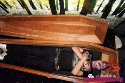 荒村借住一宿,醒来竟在棺材里!