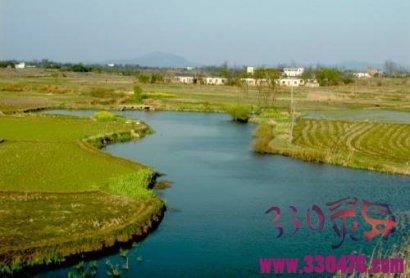 福贵村望母河河边的傻姑娘