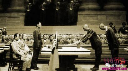 日本裕仁天皇堂而皇之地躲过了东京军事审判,他玩了啥伎俩?