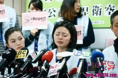 """强逼中国长荣航空空姐帮""""脱裤子、擦屁股""""致其崩溃的那个外国人…死了"""