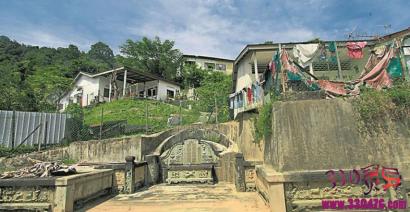 马来西亚丰盛园与坟同居!这条村子房子建在坟地上,把坟墓当椅子…