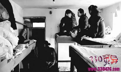 活下去,就这么活下去,镜头记录下的2元女子宿舍背后的辛酸。