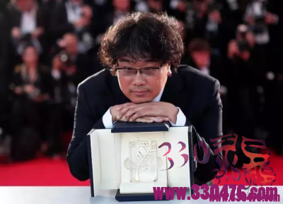 奉俊昊和宋康昊联袂《寄生虫》荣获韩国首个金棕榈奖!导演竟然为宋康昊当众下跪?
