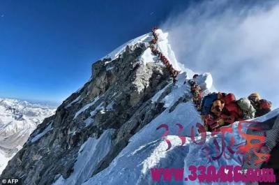 珠峰上都堵成这样了,全球登顶第一人埃德蒙·希拉里要是知道,绝对躺不住了……