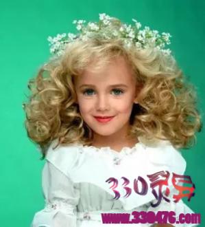 震惊美国的童星JonBenet Ramsey(琼贝妮特·拉姆齐)虐杀案,6岁女孩死在地下室,全家成嫌疑人!