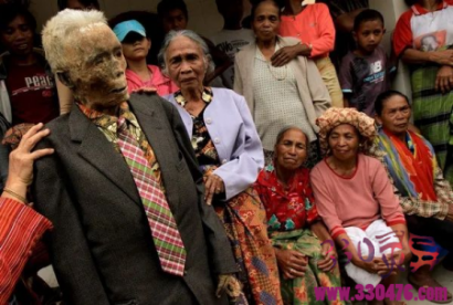 开棺宴尸庆祝:印尼村落竖立亲人木乃伊,赶尸节画面曝光