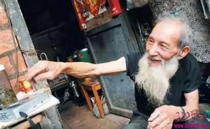 """93岁""""真空人体模特""""李继胜和他24岁的同居女友..."""