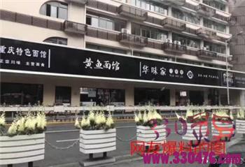 """上海市静安区常德路的店铺招牌丑的整整齐齐!中国式统一招牌设计成""""黑白配"""",网友:这是喜迎清明节?"""