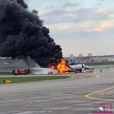 俄罗斯客机坠毁:飞机着火,他们从容拿行李,身后的人却因为他们丢了性命...